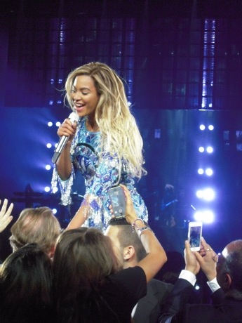 beyonce greeting fans and singing heaven